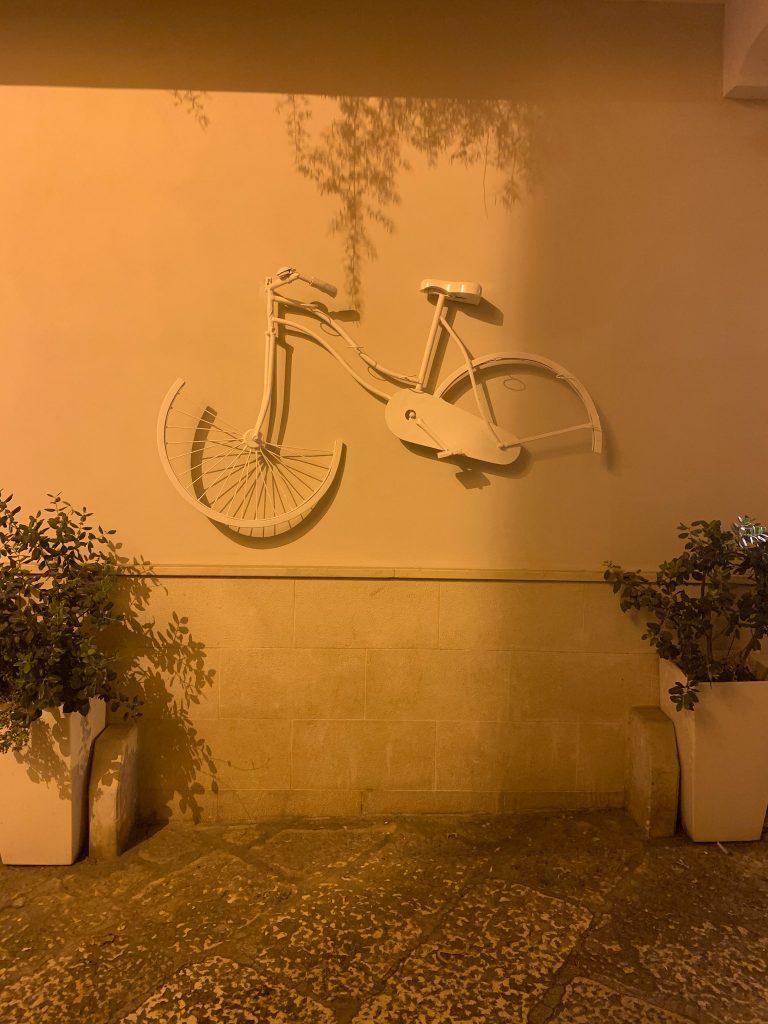 Cosa vedere a Conversano - bicicletta sul muro
