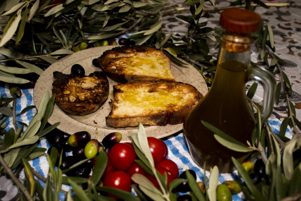 turismo dell'olio per la ripartenza - bruschetta con olio e pomodorini