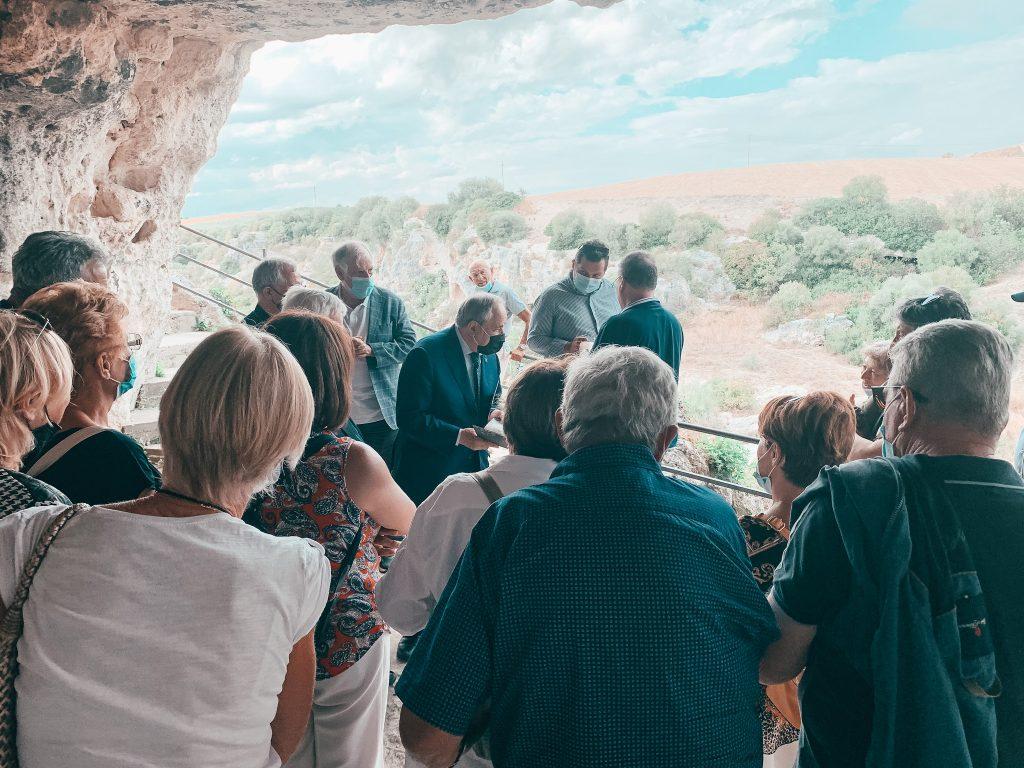 Cinque posti insoliti di Matera - turisti in visita alla Cripta del Peccato originale
